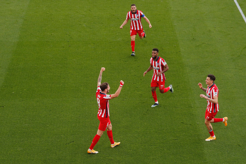 Saúl (links) viert de tweede goal tegen Cadiz met zijn teamgenoten. Beeld REUTERS