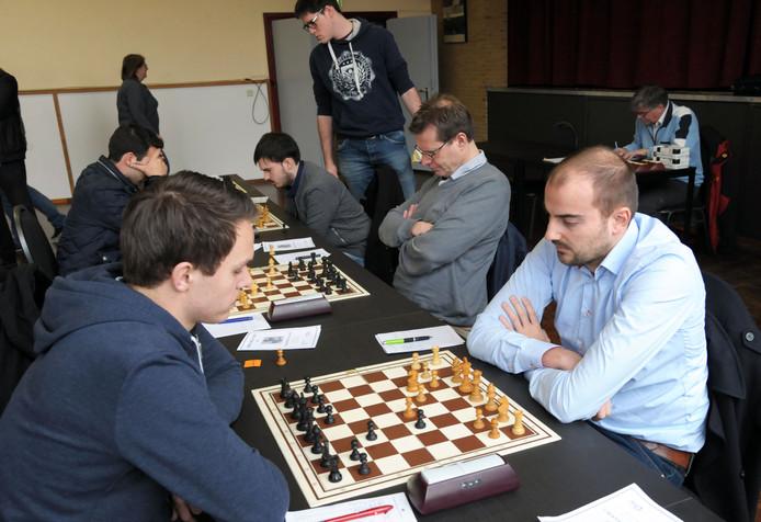 Koen Leenhouts (rechts) beleefde een topweek in Dieren met toernooiwinst en een grootmeesternorm.