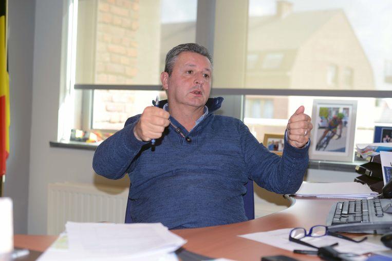 Burgemeester Joël Vander Elst zit ietwat verveeld met de situatie en bekijkt of alles volgens de regels verloopt.
