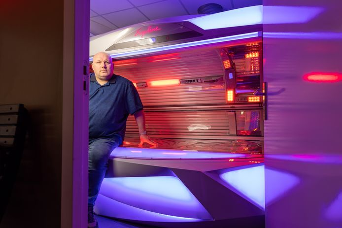 """Ferry Rombouts vindt het onbegrijpelijk dat zijn zonnestudio niet open mag. ,,Wij raken niemand aan."""""""
