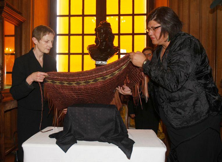 De ambassadeur van Nieuw-Zeeland in Frankrijk (rechts), in mei vorig jaar. Toen werden ook Maori-overblijfselen teruggegeven aan Nieuw-Zeeland. Beeld AP