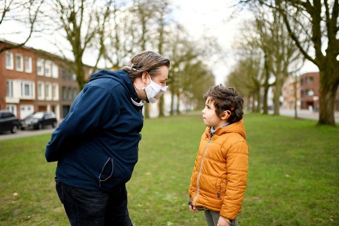 De stad Antwerpen gaat 5.000 herbruikbare mondmaskers met een doorkijkvenster verdelen.