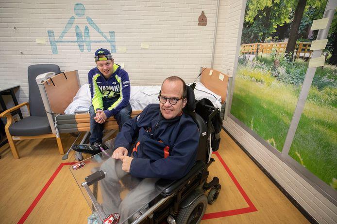 Antonie Piek (in rolstoel)  en Job Teijgeman kijken uit naar de bouwplannen van Zonhove.
