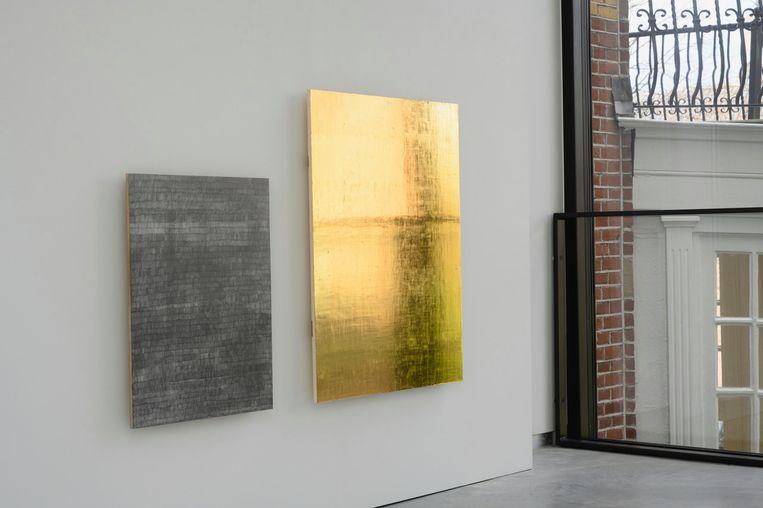 Het gouden landschap en een andere monochroom van Charlotte Caspers bij galerie Eenwerk. Beeld Peter Cox