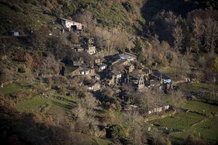 Foto van het ruinen-dorp Santoalla in der bergen van Galicië. Beeld Julius Schrank