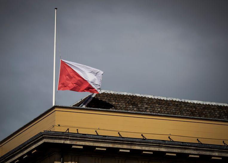 De vlag hangt op 18 maart halfstok op het Stadhuis van Utrecht, tijdens de herdenking van de aanslag. Beeld ANP