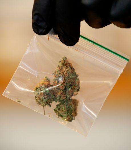 Kilo softdrugs, vuurwapen en cash gevonden bij inval in Utrechtse woning