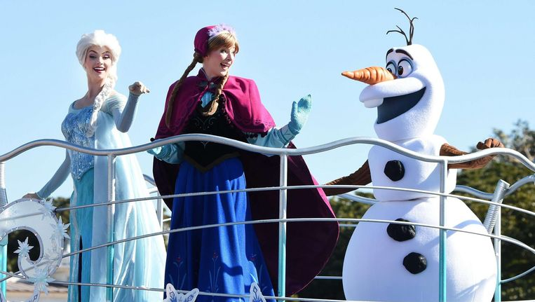 Disney-figuren Anna en Elsa uit de film Frozen in Disneyland. Beeld afp