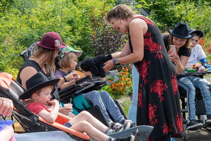 Kinderen met een beperking vermaken zich uitstekend tijdens het Twinkelfeest in Harderwijk.
