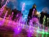 Nieuwe fontein op Markt Arnhem in kleuren regenboog