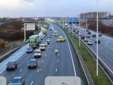 Gewonde bij ongeluk op A4 richting Rijswijk, twee rijstroken tijdelijk afgesloten