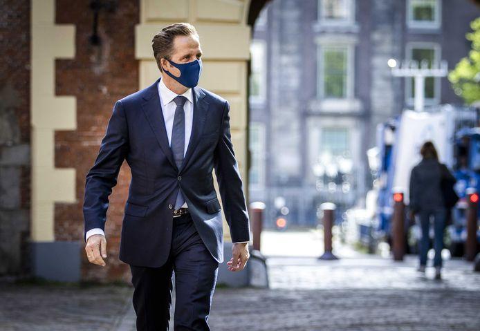 Hugo de Jonge, demissionair minister van Volksgezondheid, Welzijn en Sport, komt aan op het Binnenhof.