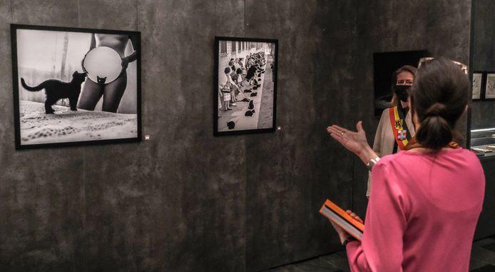 Naast de foto van Ralph Crane (rechts) staat in het boek ook de foto La chatte van Morena Fortino. Beide beelden zijn ook op te tentoonstelling te zien.
