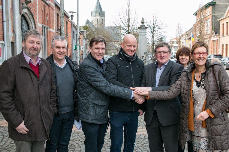 De Vrije Radio Belsele en Belsele Sportief krijgen van schepenen Christel Geerts en Gaspard Van Peteghem een warme handdruk voor de organisatie van de kermisweek.