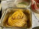 De verse pasta moet nog 5 minuten de pan in, de pastasaus even apart opwarmen in een pannetje.
