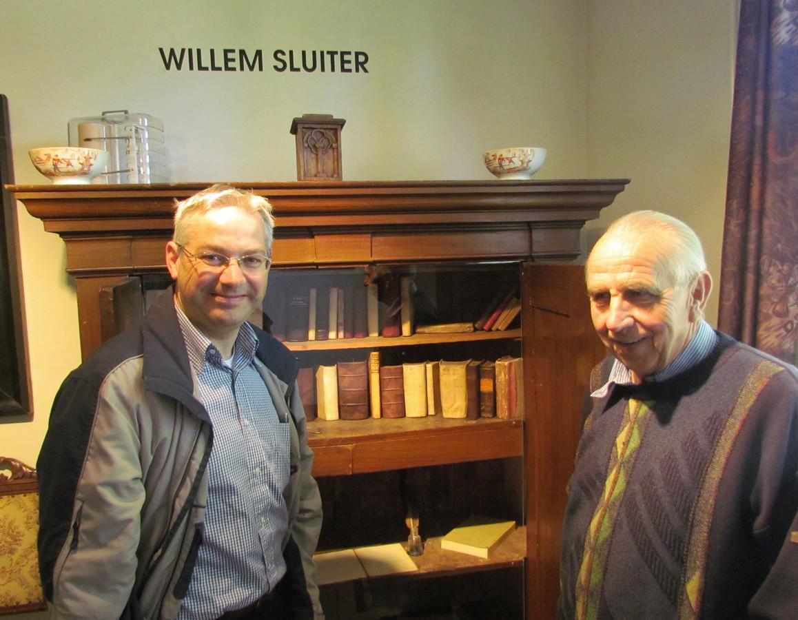Herman Schepers (rechts) hier met Sluiter-liefhebber Gert Oosterom in de Willem Sluiterkamer van museum De Scheper.