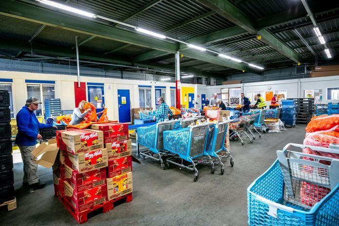 Vrijwilligers sorteren voedsel in één van de 170 Voedselbanken die Nederland rijk is. Als het aan de DVD Bank ligt, komt er een hoekje vrij voor films en games.