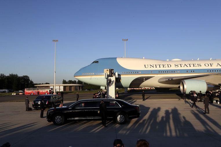 President Biden komt aan op Melsbroek, waar 'The Beast', het presidentiële voertuig, al klaarstaat. Beeld EPA