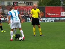Hond geeft drie panna's tijdens voetbalwedstrijd in Bosnië