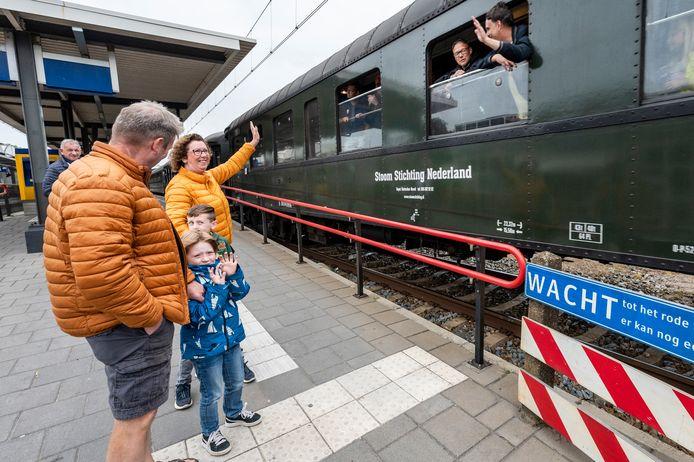 De stoomtrein stopte niet op het station in Oss. Reizigers konden enkel zwaaien naar de inzittenden.