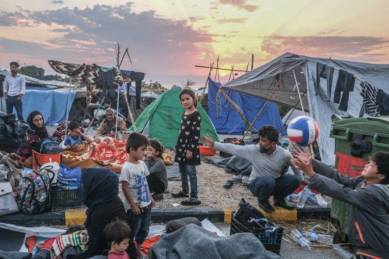 Duizenden migranten overnachten op straat in Lesvos, Griekenland, nadat het gehele Moria kamp is afgebrand. Van het kamp is niets meer over.  Beeld Joris Van Gennip