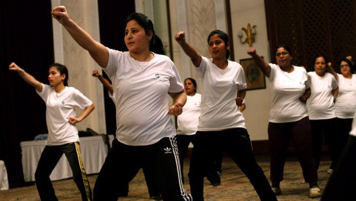 Vrouwen volgen een zelfverdedigingscursus in New Dehli.
