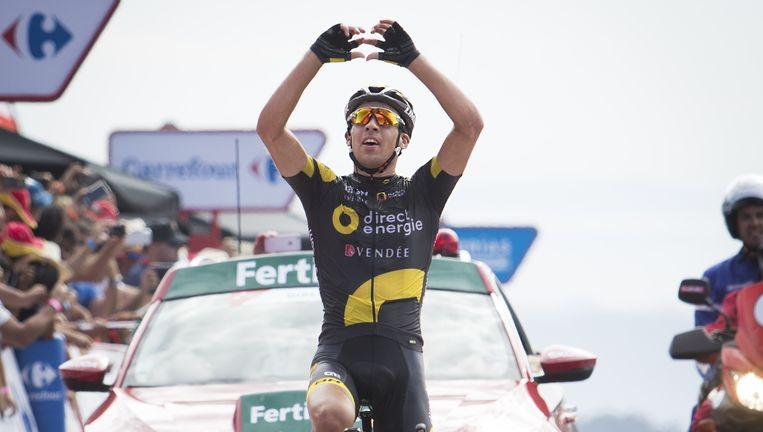 Etappewinnaar Calmejane maakt een hartje en wijst naar de hemel om zijn wielervriend Romain Guyot tegedenken. Die stierf dit jaar op 23-jarige leeftijd na een botsing met een vrachtwagen. Beeld AFP