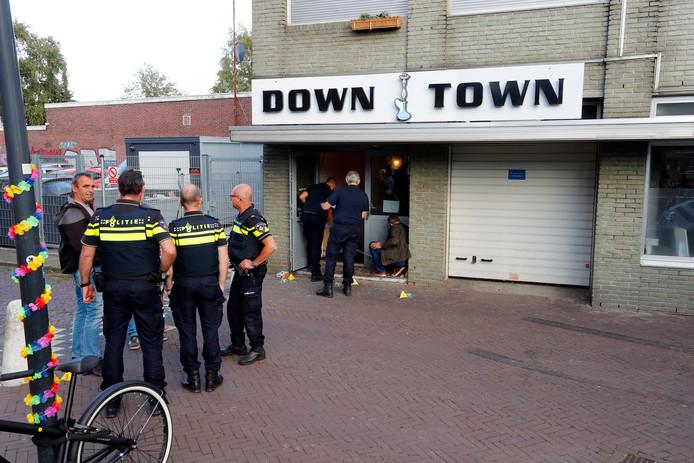 De politie deed zaterdagmiddag onderzoek bij Down Town in Eindhoven.