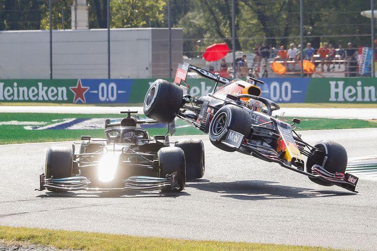 Max Verstappen wordt gelanceerde door de kerbstones en landt bovenop de auto van Lewis Hamilton. Beeld EPA
