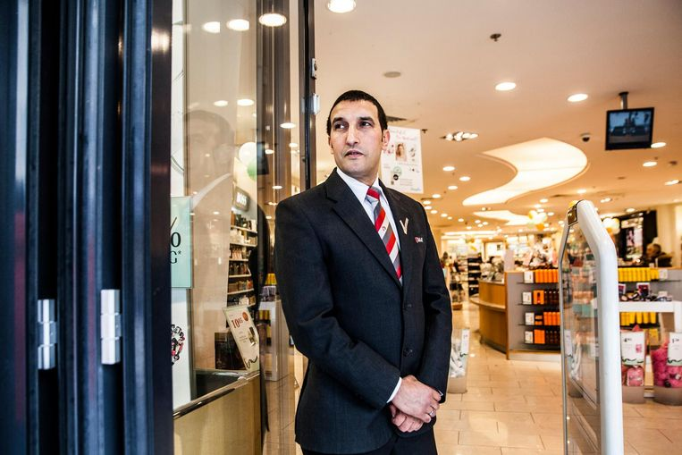 Beveiliger Abdel Fkyerat aan het werk in Almere. Al drie keer bood de Almeerse politie hem een baan aan. Beeld Aurélie Geurts