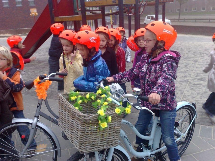 Leerlingen proberen de nieuwe helm uit. Foto's Saskia Minkman