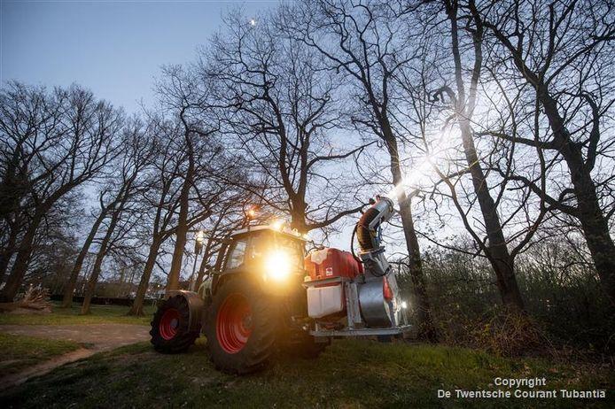 Veel lawaai klinkt uit de spuitarm tijdens de bestrijding van de eikenprocessierups in Hengelo.