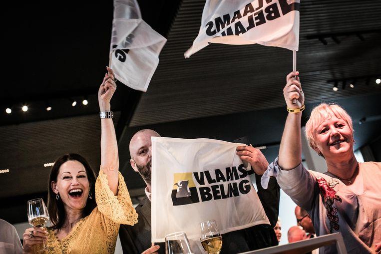 Leden van het Vlaams Belang wachten de uitslag af en vieren feest in Londerzeel. Beeld Bas Bogaerts