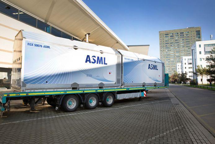 Met machinedelen gevulde vliegtuigcontainers vertrekken vanaf ASML in Veldhoven.