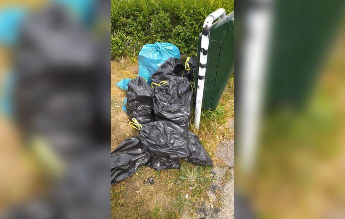 Het afval werd keurig in vuilniszakken gestopt.