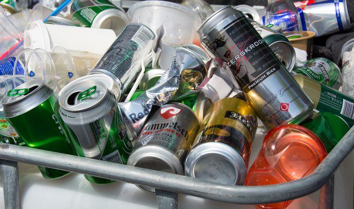 Het gebruik van alcohol in de openbare ruimte zorgt voor overlast. Dat uit zich onder meer in het verrommeling van het straatbeeld door achtergelaten blikjes en flesjes.
