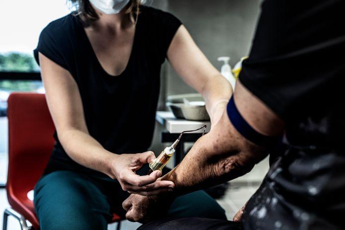 Er werden van inwoners in Zwijndrecht al bloedstalen afgenomen maar Koen Daniëls wil dat dit wordt uitgebreid naar mensen die een kanker hebben die gelinkt kan worden aan PFOS/PFAS.
