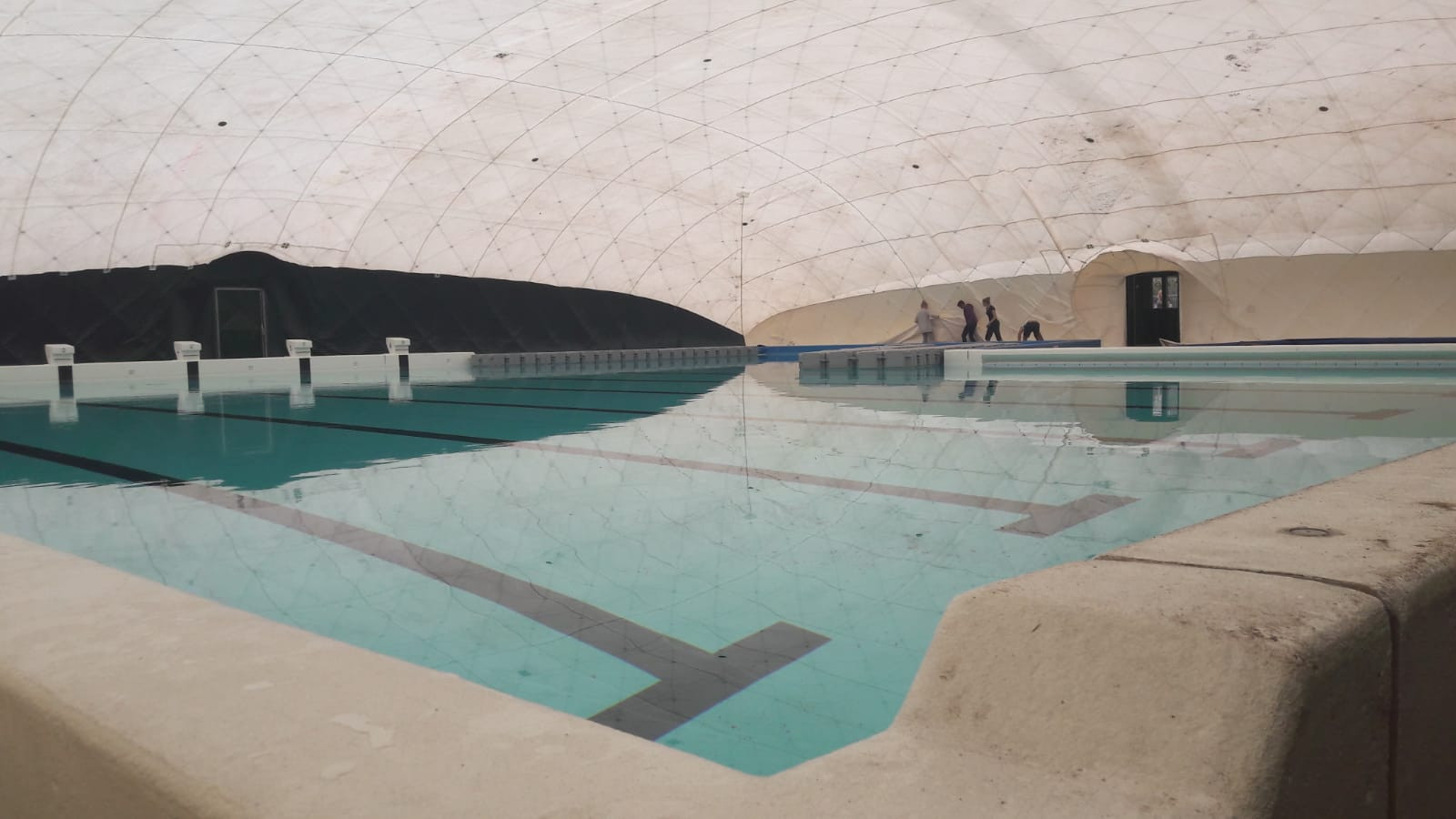 Immense tent over zwembad de Melanen.