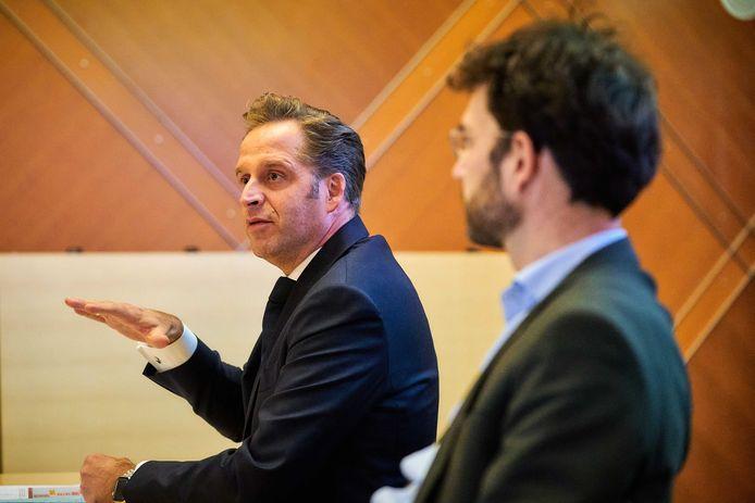 Minister Hugo de Jonge van Volksgezondheid, Welzijn en Sport en Jaap van Delden (RIVM) staan op het ministerie de pers te woord.