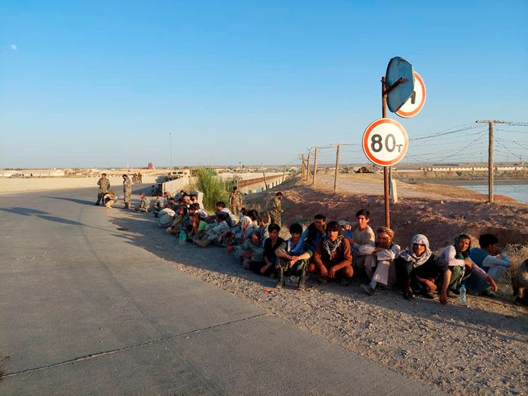 Afghaanse regeringssoldaten op de grens tussen Tadzjikistan en Afghanistan. De strijdkrachten zagen zich op 22 juni 2021 genoodzaakt om Tadzjikistan in te vluchten na gevechten met de Taliban. Beeld AP