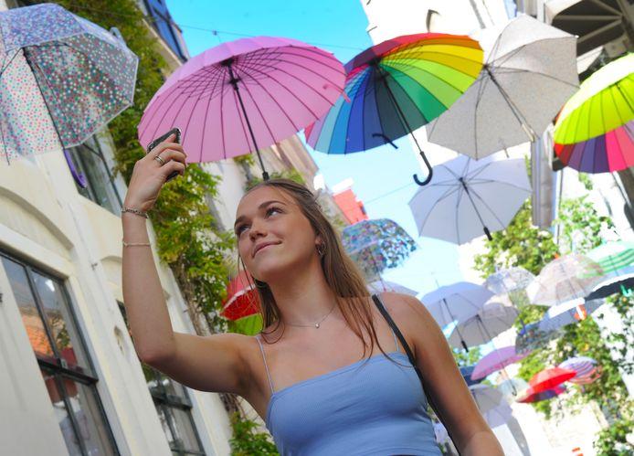 Een kleurrijke selfie maken in de straten van Middelburg. Archieffoto ter illustratie