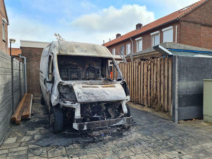Resten van de bestelbus die uitbrandde op de Jan Thijssenstraat, maandagochtend vroeg.