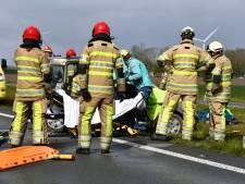 Auto slaat over kop bij Swifterbant: 32-jarige gewonde vrouw bevrijd door brandweer