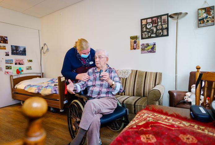 Verpleegster Jolanda Bax en meneer De Boode raakten in juni allebei besmet met corona, net als zeventien andere medewerkers en zestien bewoners van verpleeghuis De Tweemaster in Maassluis.