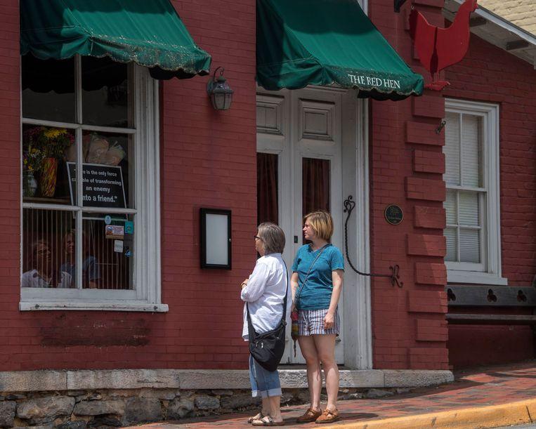 Nieuwsgierigen voor restaurant The Red Hen. Beeld AP
