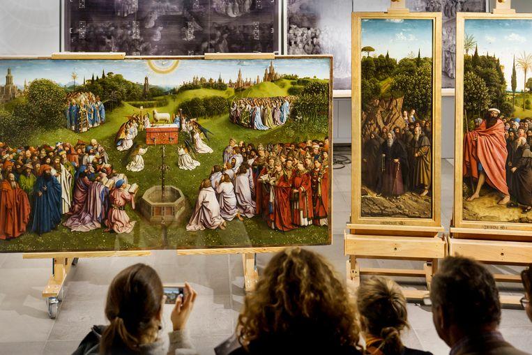 Het Lam Gods van Van Eyck, het gerestaureerde onderste register. (archiefbeeld) Beeld Eric de Mildt