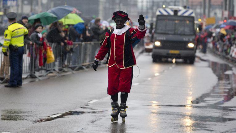 Zwarte piet tijdens de intocht van Sinterklaas in Amsterdam. Beeld ap