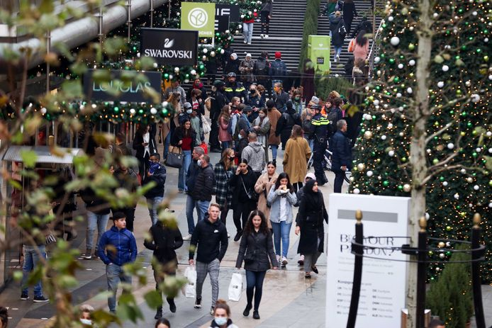 Black Friday 2020. Hordes consumenten wandelen door de Koopgoot, over de Lijnbaan en het Binnenwegplein. De ondernemers willen - met deze les in het achterhoofd - de koopjesjagers nu spreiden over vijf dagen.