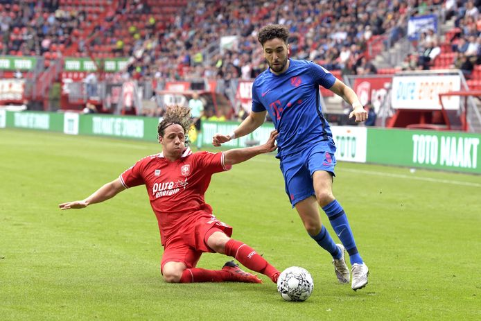 Giovanni Troupee (l) namens FC Twente in duel met FC Utrecht-speler Mimoun Mahi.