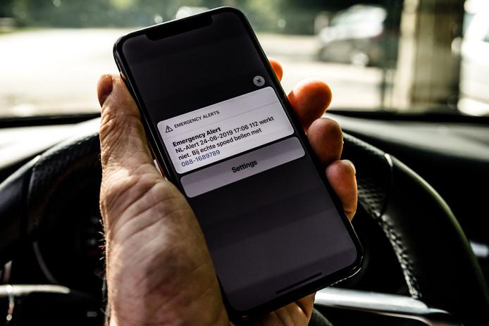Een NLAlert melding op een mobiele telefoon vanwege een landelijke storing op het noodnummer 112. De politie heeft een alternatief 06-nummer opengesteld.